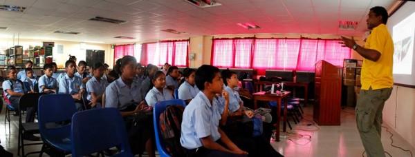 Edgardo Griffith presentando una lección sobre conservación de ranas en las escuelas de El Valle.