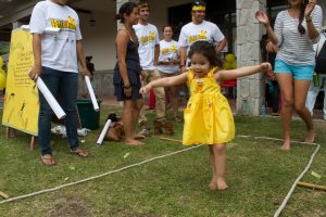 La competencia de salto de rana en el Día de la Rana Dorada